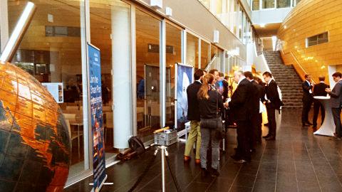 Foyer der Kühne Logistik Universtität mit Welkugel und Besuchern